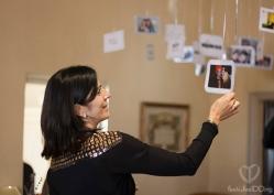 Invitados disfrutando de la expo de fotos (Foto de Fotos NO: Juan Miguel Pla Jorrín y Maribel Mata)