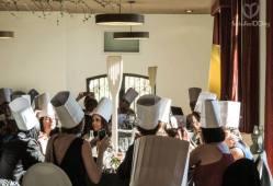 Momentos antes de la entrada de las novias en el salón! Todos los invitados con su gorro! Tenedores, palas, palas ralladas, cucharas, cucharas ralladas y lenguas preparadas para competir!!