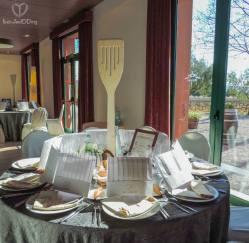 Las mesas! Con sus meseros de palo gigantes, que coincidían con los utensílios que habían recogido durante el seating. En cada sitio, un gorro de cocinero personalizado, y en cada mesa, un infinito y las instrucciones del juego!