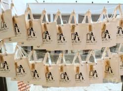 Punto de recogida de las bolsas de algodón, detalle de la boda personalizado y súper práctico que además, tenía su función en la boda.