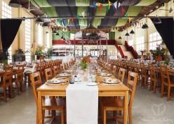 Espectacular el comedor. Trabajo de floral y decoración de mesas de Cal Blay. Meseros, skyline de casitas de cartón y guirnaldas de feel the feelDDing. Foto: Cal Blay