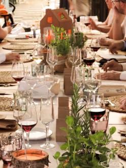 Así de bonitas lucían las mesas, con el trabajo de floristería fantástico de Cal Blay, el skyline de casitas de cartón y los meseros con casas porta velas de cerámica con sus carteles de madera envejecida.