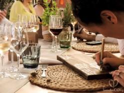 Algunos invitados decidimos firmar por detrás la madera de nuestra mesa, y así, personalizarla del todo. Lo que decíamos, a veces, las cosas salen mejor.