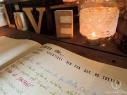 El libro de firmas de la boda se convirtió en un libro de listas, pues resulta que la novia es una de estas fanáticas de las listas. También usamos una Moleskine, pues son ambos amantes de estos estilosos cuadernos, la cual personalizamos a laser con nuestros amigos de APPART810. Hicimos unas 10 listas: lista de cosas que hacen especiales a esta pareja, lista de regalos de cumpleaños de bodas, lista de sitios donde viajar., etc., etc.
