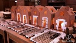 Bodegón que hicimos cuando Cal Blay recogió las mesas. Todas las casitas porta velas juntas, con su correspondiente puerta.