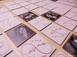 Un Memory para cada pareja. En cada Memory había fotos de todos los invitados... repetidas claro! Sinó no sería un Memory!