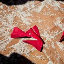 Así quedó el suelo después de la salida de las novias!! Arroz y avioncitos!! Foto de Nou Enfoc Fotografia.
