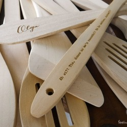 Cucharas, tenedores y palas personalizadas con el nombre del invitado y una frase pensada y dedicada a ellos por las novias! Además, también les indicaban en que mesa se sentaban, ya veréis por qué, ya!