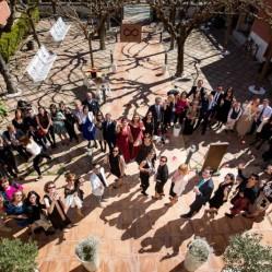 Primera foto del mundo con los invitados haciendo un infinito!! O eso creemos! Obra de Nou Enfoc Fotografia, Mary&Olga y feel the feeldding!!