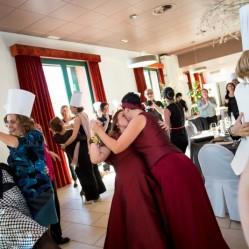 Entrada espectacular de las novias con baile incluido, y primera prueba de la Thermowedding! Foto de Nou Enfoc Fotografia.