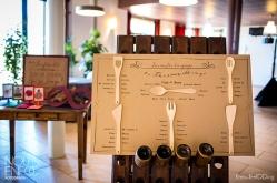 Seating plan: Cada invitado recogió su utensílio durante el seating, en el aperitivo. Al llegar al salón, se encontraron esta sorpresita: qué mesa coincide con tu utensílo? Preciosa foto de Nou Enfoc Fotografia!