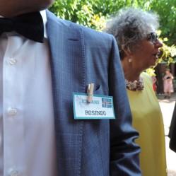Un invitado con la tarjetita identificatoria. Así sabes cómo se llama todo el mundo y si es de tu equipo o no! jejeje