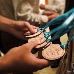 Y la guinda del pastel, el regalo para los invitados. Como no podía ser de otra manera, una medalla para cada uno. La copa sólo se la llevó un equipo, pero la medalla se la merecían todos. Una medalla para cada invitado, personalizada con su nombre y una frase pensada especialmente por los novios para cada uno, que a más de uno le hizo llorar.