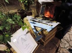 ¿Nos firmas en nuestra A? Rincón de firmas, con una A de madera para firmar y una libreta para los que no pueden evitar ¡escribir parrafadAs!