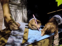 ¿Nos firmas en nuestra A? ¡La A quedó llenita! Ana y Alberto la tienen como recuerdo en casa.