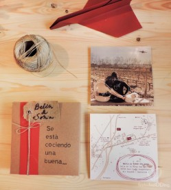 Todos los elementos de la invitación: cajita, cuerda y tarjetón dítpico. Atrás pusimos la guía para saber llegar.
