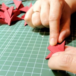 Proceso de montaje de las invitaciones.: los dedos como morcillas nos quedaron.