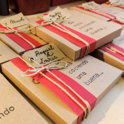 Proceso de montaje de las invitaciones: que gusto da cuando las tienes todas así, preparaditas.