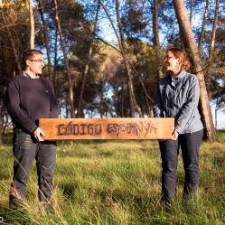 Foto del preboda de Oriol y Alícia, con madera personalizada por nosotros. Un reportaje precioso de Laia Ylla Foto.