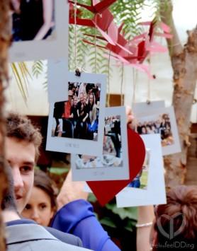 En el aperitivo preparamos una exposición de fotos flotante, con una gran hilera de aviones que representaban las 11 horas de distancia entre Barcelona y Cincinnati. De cada avión colgaba una foto de los invitados, que ellos tenían que encontrar y substituir con un corazón dedicado a los novios. Fue un éxito!