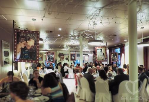Y la guinda del pastel, los meseros. Cada mesa tenía un gran cartel de película de cine, todas las películas que más les gustan pero con un toque diferente, lo notáis? Sí, sí, los protagonistas eran los novios! Estos carteles personalizados los hicimos junto con la novia!